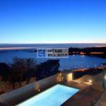 Βίλα με θέα στην πισίνα και τη θάλασσα στα προάστια της Αθήνας