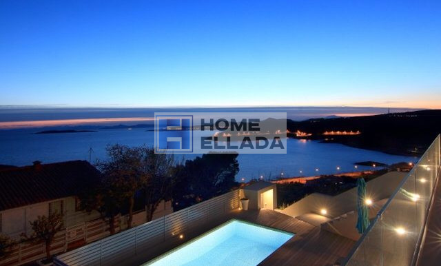 Вилла с бассейном и видом на море в пригороде Афин