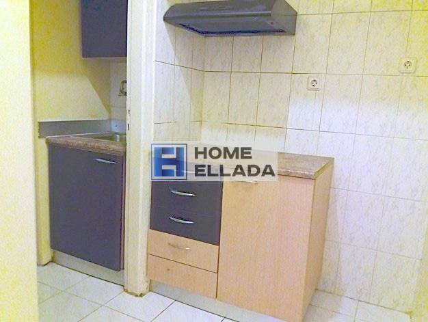 У метро в Греции дешёвая квартира в Афинах