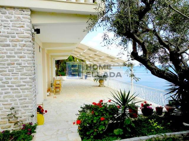 Πωλείται παραθαλάσσια βίλα 350 τ.μ. με ιδιωτική παραλία και πισίνα